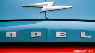Photo of Logo Opel, la storia del simbolo con il fulmine [foto]