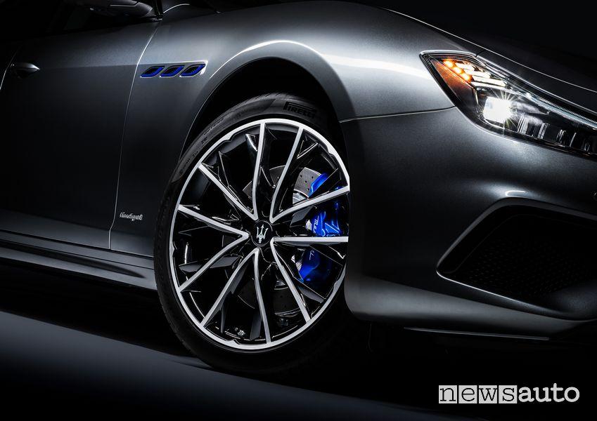 Cerchi in lega, pinze freni blu Maserati Ghibli Hybrid ibrida MHEV