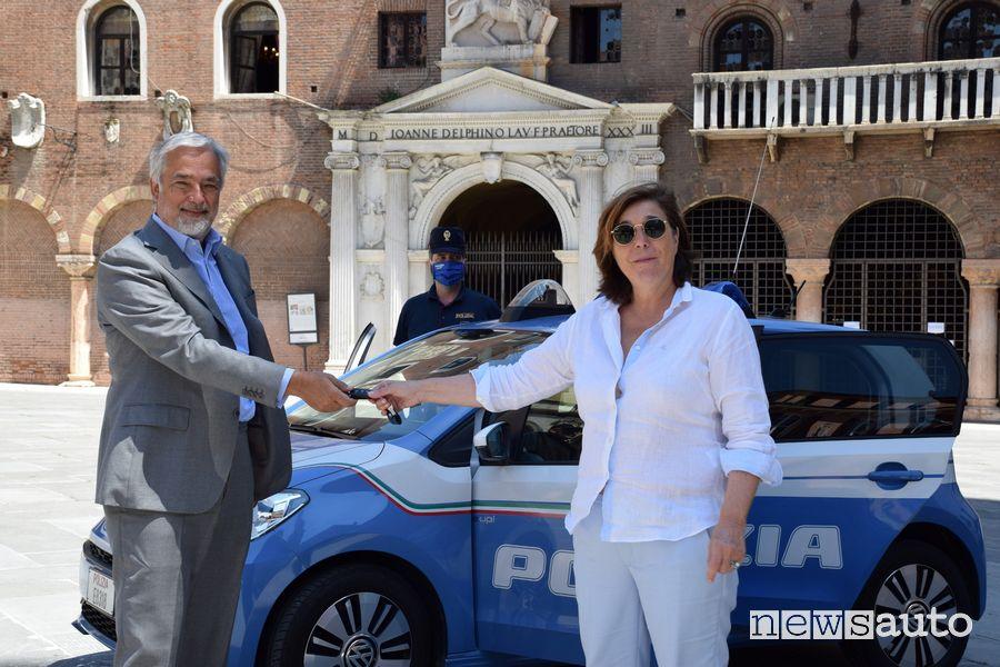 Massimo Nordio, Amministratore Delegato di Volkswagen Group Italia, e Ivana Petricca, Questore di Verona