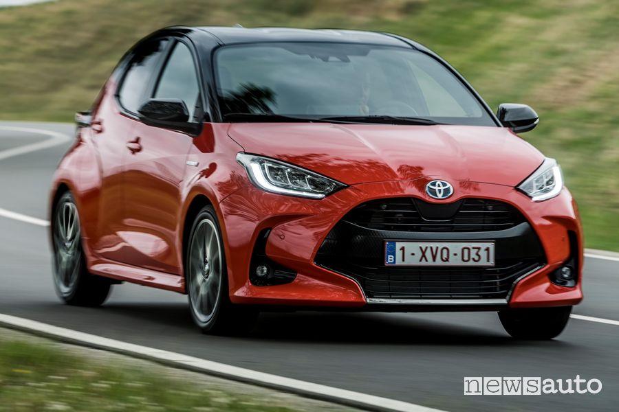 Vista di profilo nuova Toyota Yaris