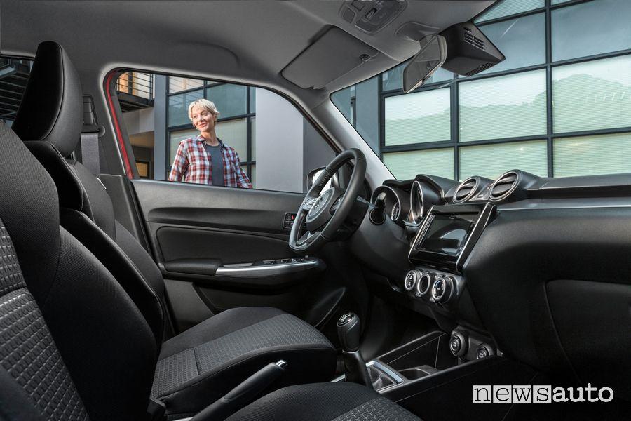 Sedili anteriori abitacolo Suzuki Swift Hybrid