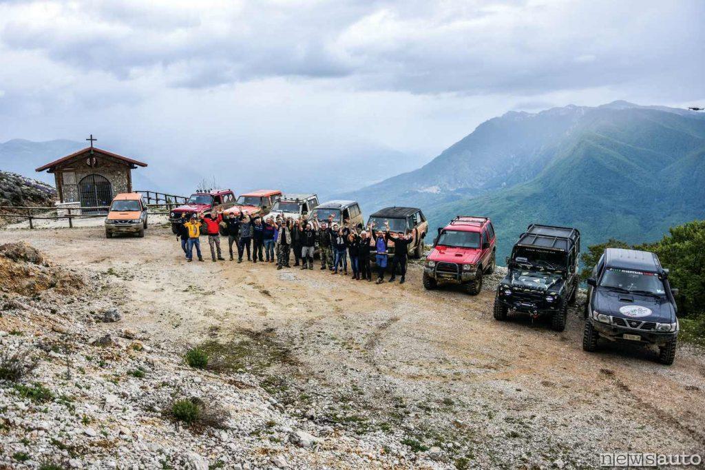 Sulle montagne in viaggio con il fuoristrada si scoprono panorami mozzafiato