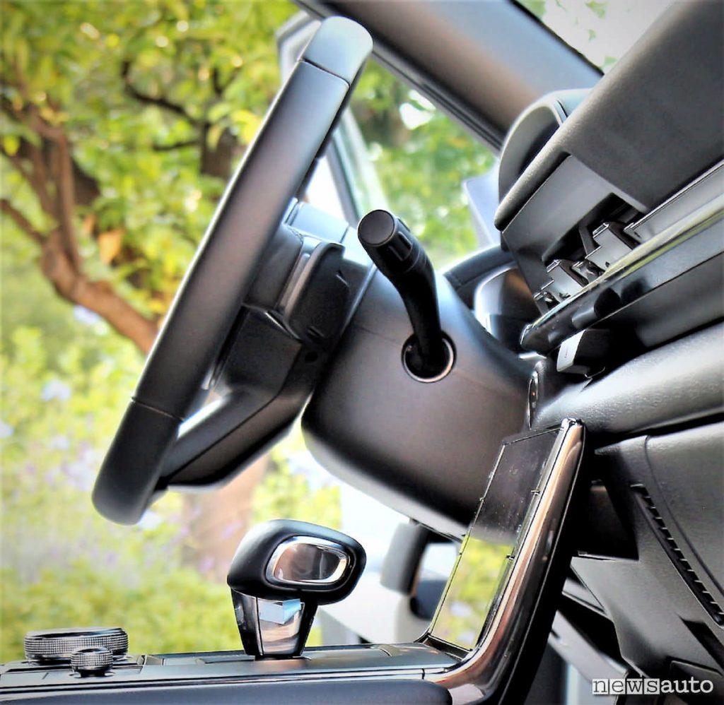 Sul volante ci sono le palette per variare l'intensità della frenata rigenerativa