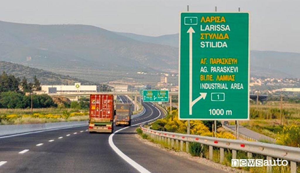 autostrada in grecia con camion