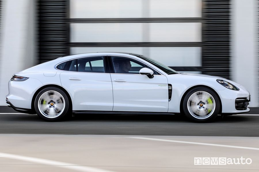 Vista laterale Porsche Panamera 4S E-Hybrid