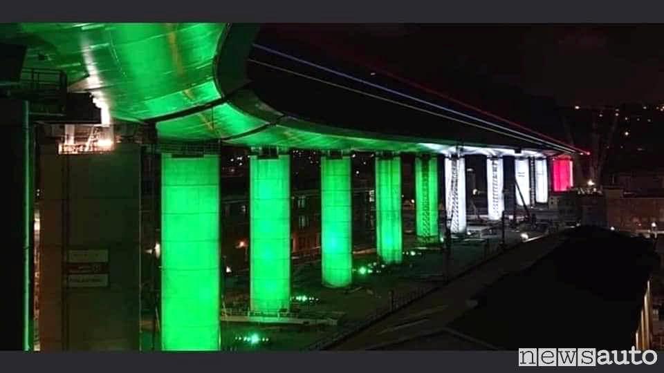 Il tricolore illumina il nuovo ponte San Giorgio di Genova