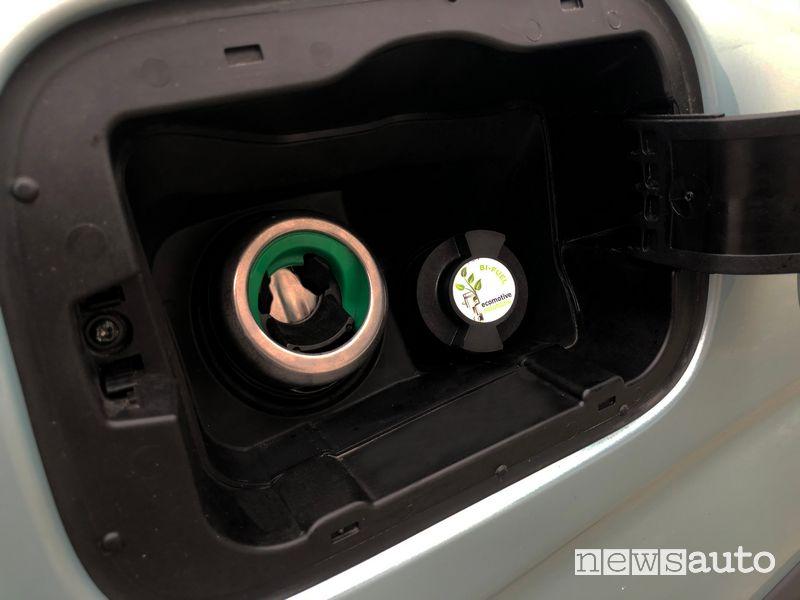 La presa di carica del metano si trova vicino al bocchettone per il rifornimento benzina