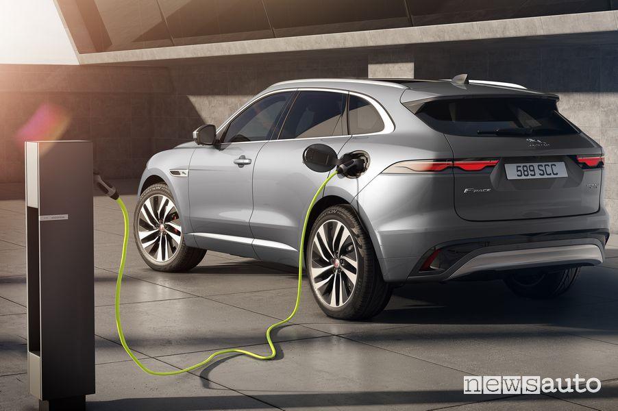 Ricarica da colonnina Jaguar F-Pace ibrida plug-in PHEV