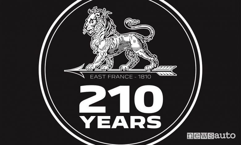 Peugeot 210 anni, nuovo logo e prodotti celebrativi