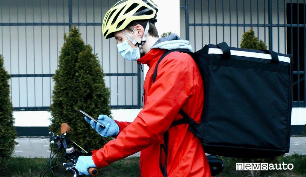 Rider food delivery controlla smartphone