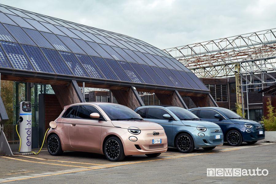Gamma nuova Fiat 500 elettrica in ricarica da colonnina Enel X