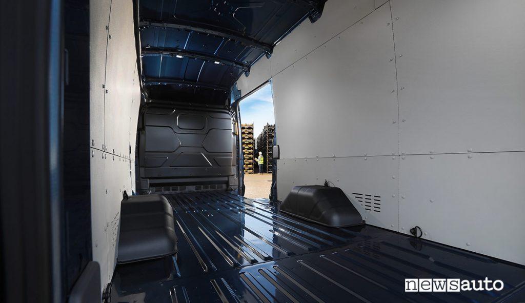 Il pianale di carico del Transit 5T è piatto e lungo 4.217 mm consente di caricare agevolmente le attrezzature particolarmente lunghe come tubi o assi.