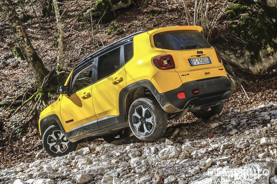 Vista posteriore Jeep Renegade Trailhawk in off road sulle pietre