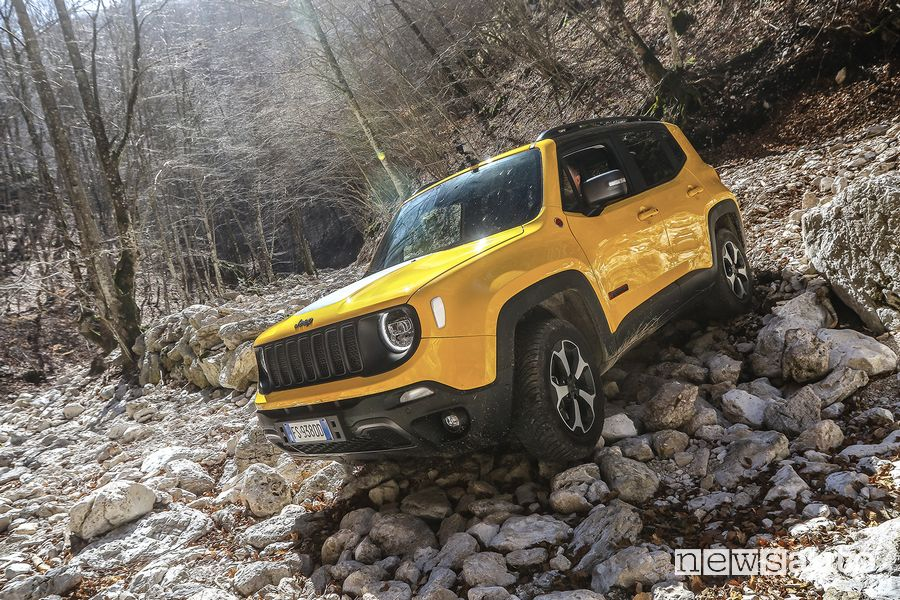 Jeep Renegade Trailhawk in off road sulle pietre