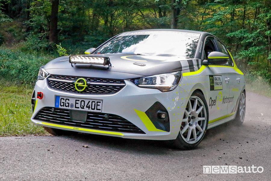 Vista anteriore Opel Corsa-e Rally uscita dalla curva