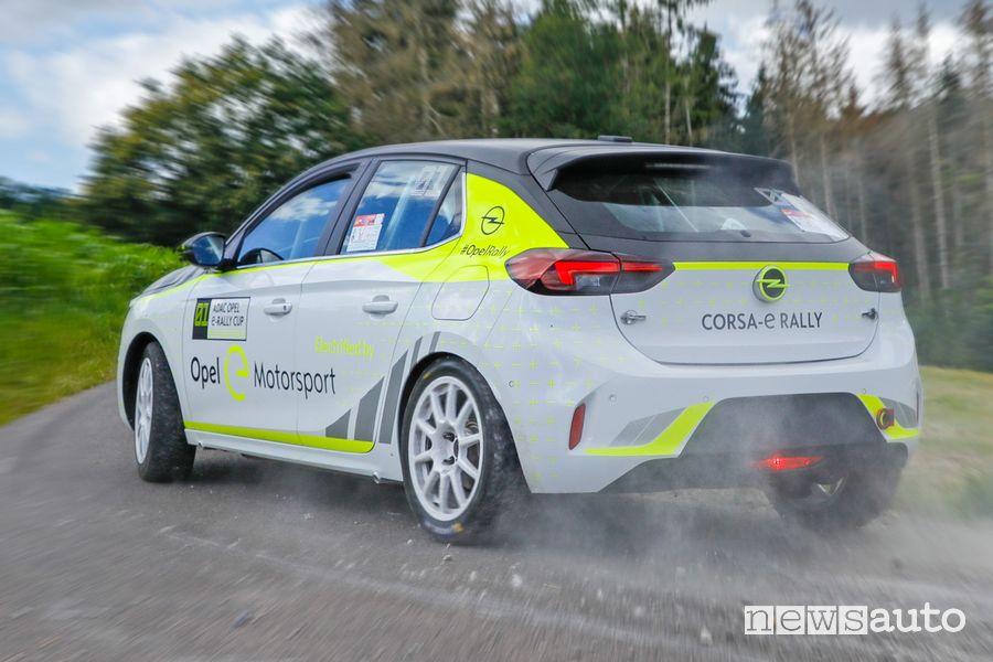 Vista posteriore Opel Corsa-e Rally inserimento in curva