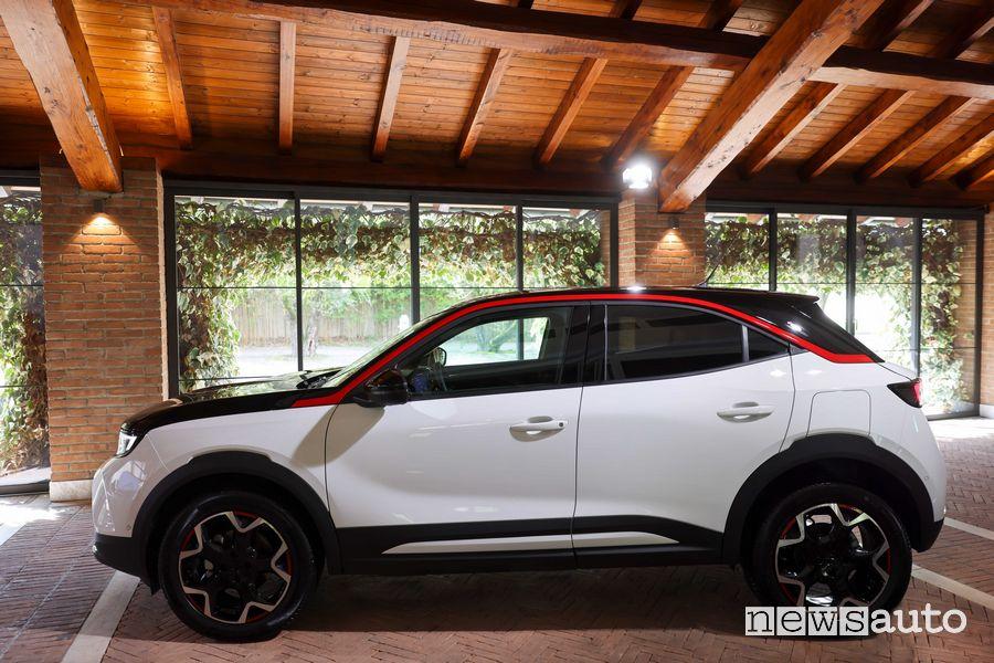 Vista laterale nuova Opel Mokka