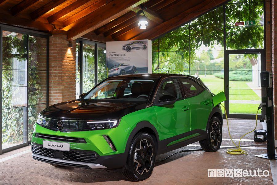 Opel Mokka-e elettrica in ricarica da wallbox