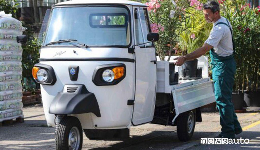Piaggio Ape Classic si può guidare a partire dai 16 anni con la patente A1 e poi con la B, può trasportare un solo passeggero (il guidatore).