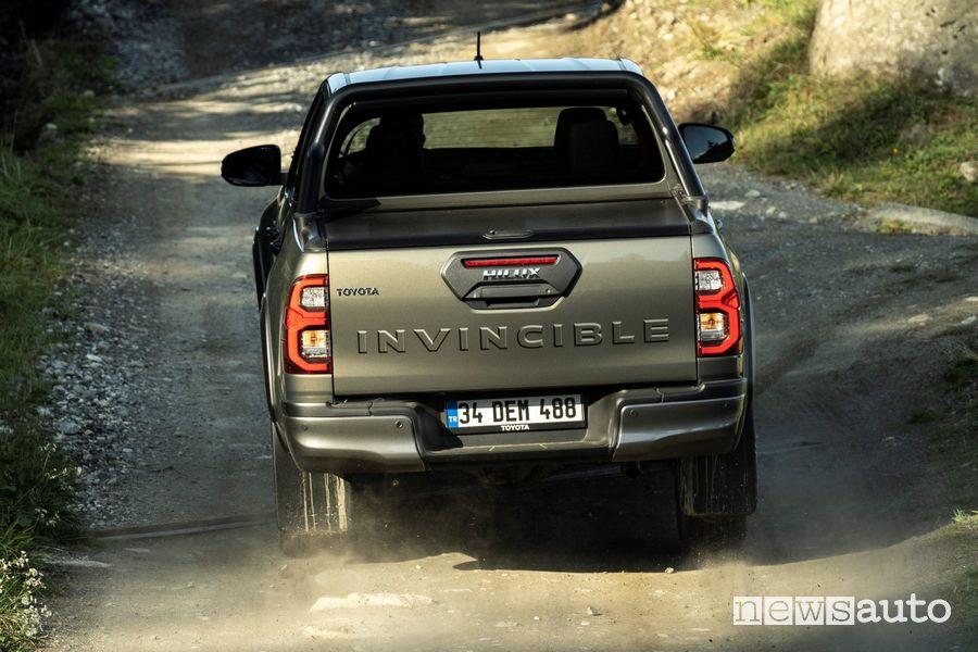 Sponda posteriore Toyota Hilux Invincible sullo sterrato