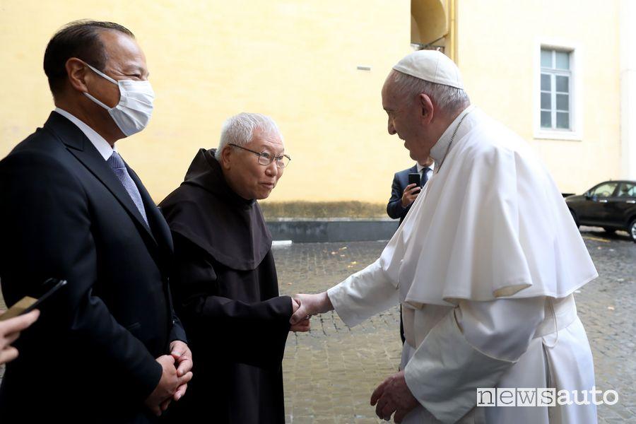 Rev.do Padre Domenico Makoto Wada stringe la mano a Papa Francesco