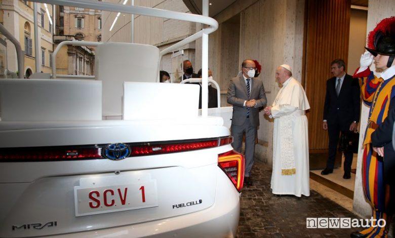 Toyota Mirai Papamobile consegna a Papa Francesco