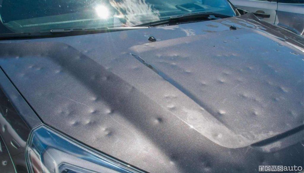 Danni sulla carrozzeria dell'auto provocati dalla grandine