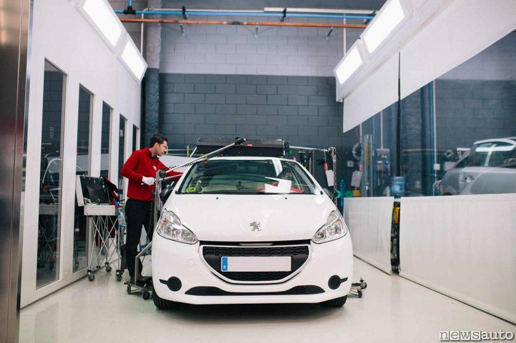Officina specializzata tirabolli al lavoro su una Peugeot 208
