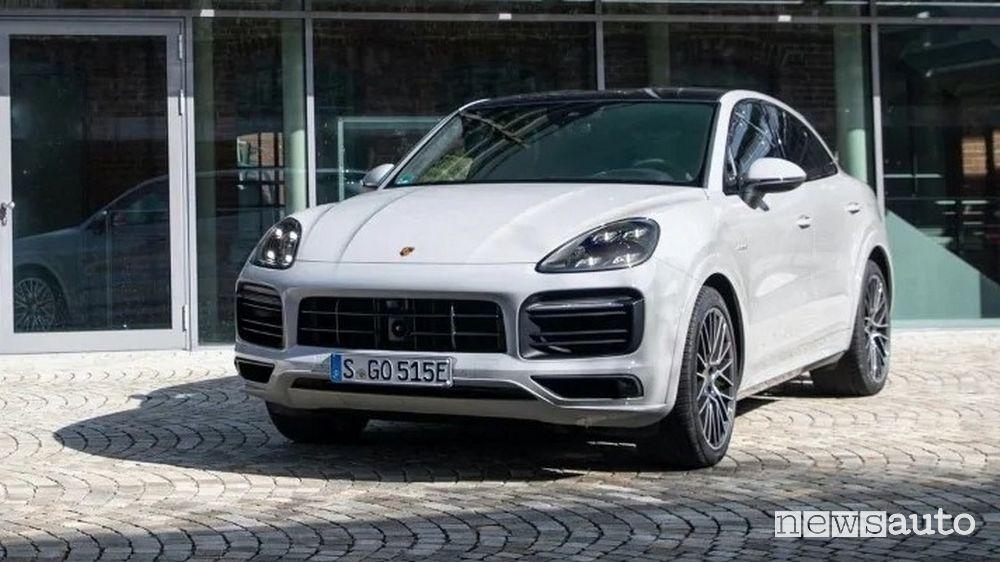 Vista di profilo Porsche Cayenne E-Hybrid PHEV