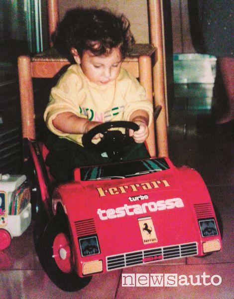 Davide Cironi da piccolo su una Ferrari giocattolo