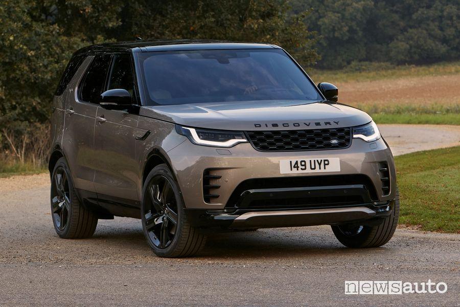 Nuovo Land Rover Discovery R-Dynamic in uscita da una curva