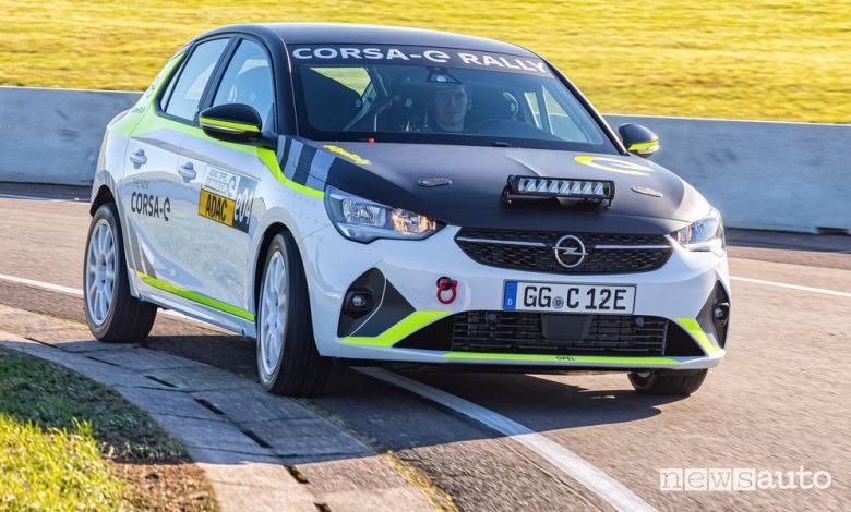 Vista anteriore Opel Corsa-e Rally test in pista