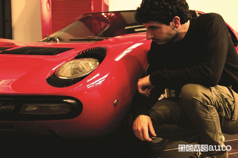 Davide Cironi con una Lamborghini Miura