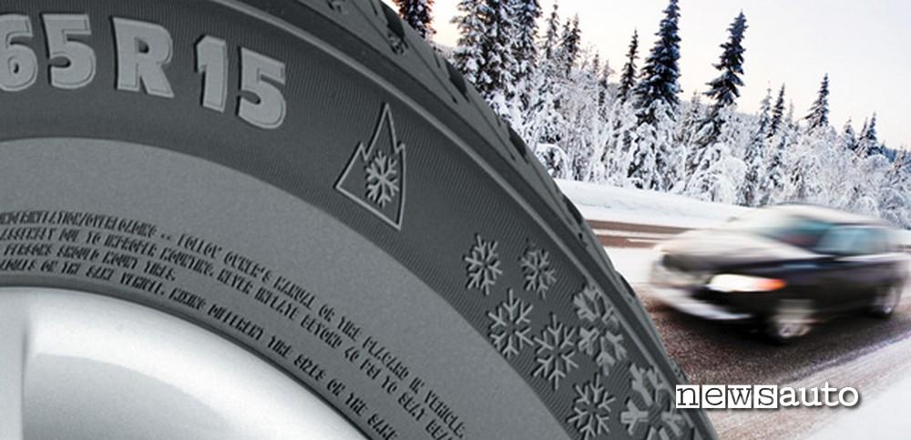 pneumatico invernale con simbolo fiocco di neve