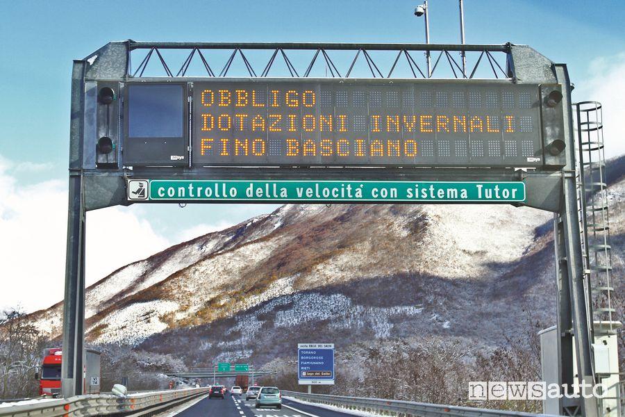 Messaggio obbligo pneumatici invernali pannello autostradale