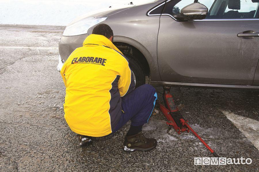 Montaggio gomme invernali GT Radial Champiro Winterpro sulla Peugeot 208 del test