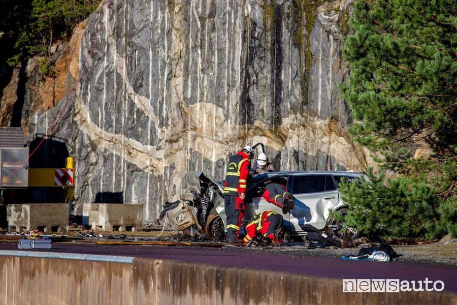 Impatto a terra di un''auto giù da una gru alta 30 metri