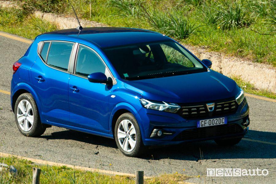 Vista di profilo nuova Dacia Sandero Streetway su strada