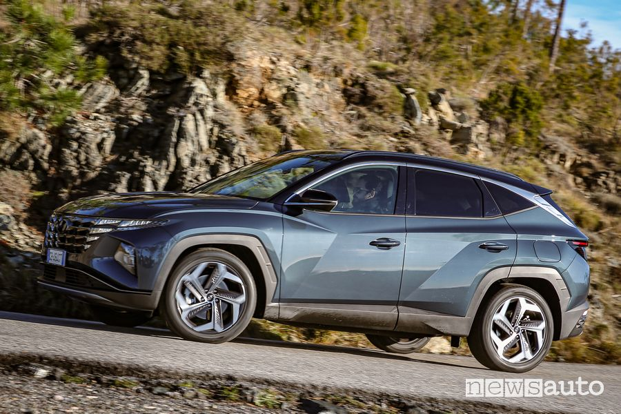 Vista laterale nuova Hyundai Tucson Hybrid su strada