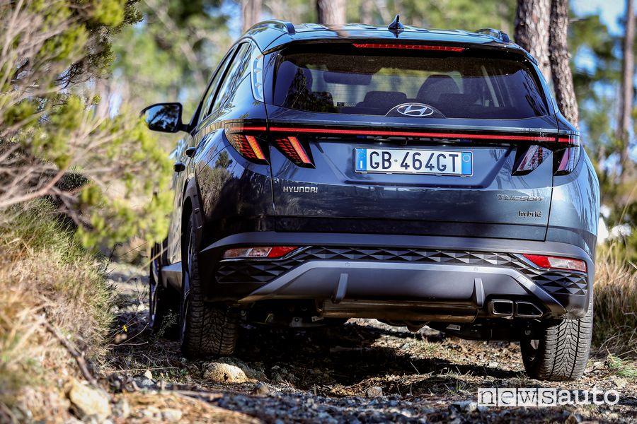 Vista posteriore nuova Hyundai Tucson Hybrid sullo sterrato