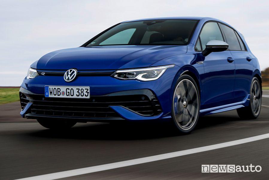Vista di profilo nuova Volkswagen Golf R in pista