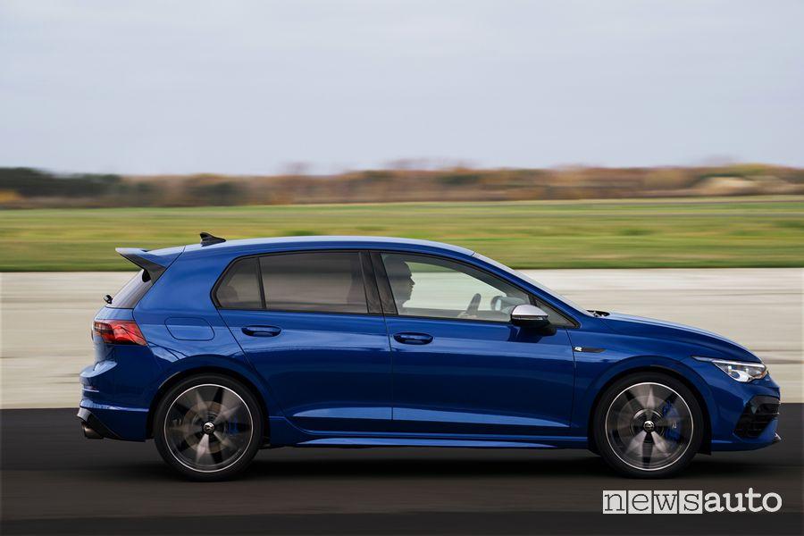 Vista laterale nuova Volkswagen Golf R in pista