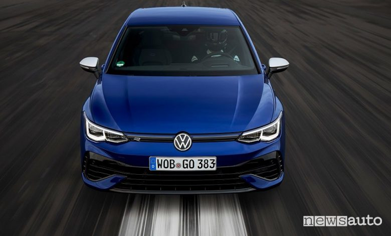 Vista frontale nuova Volkswagen Golf R in pista