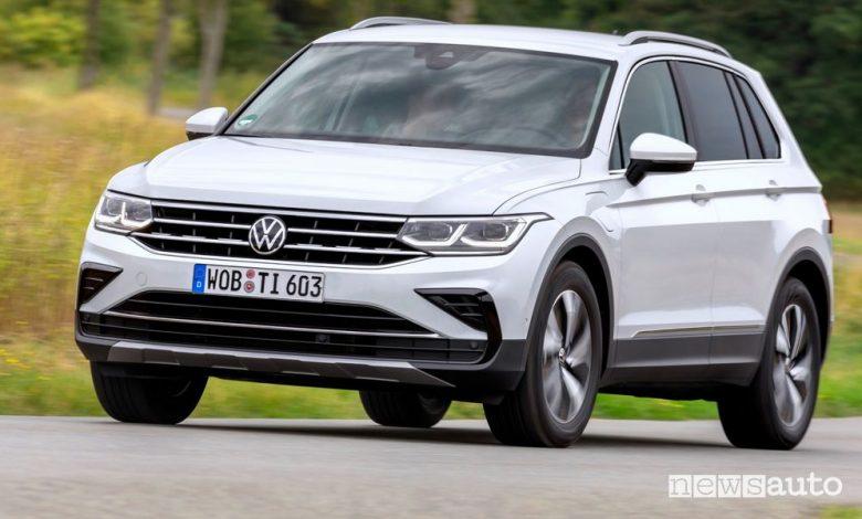 Vista di profilo Volkswagen Tiguan eHybrid su strada