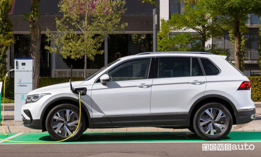 Volkswagen Tiguan eHybrid in ricarica da una colonnina pubblica