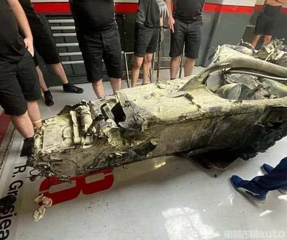 Scocca della monoposto di F1 dopo l'incidente con incendio e fiamme a seguito dell'impatto
