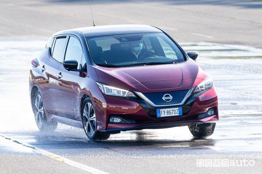 Come si guida l'auto elettrica Nissan Leaf