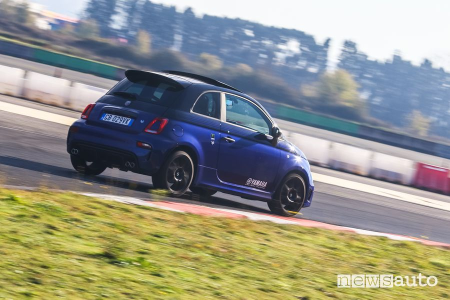 Vista posteriore Abarth 595 Monster Energy Yamaha in pista