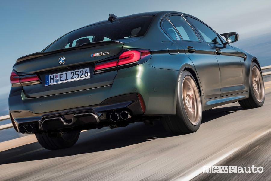 Vista posteriore BMW M5 CS su strada