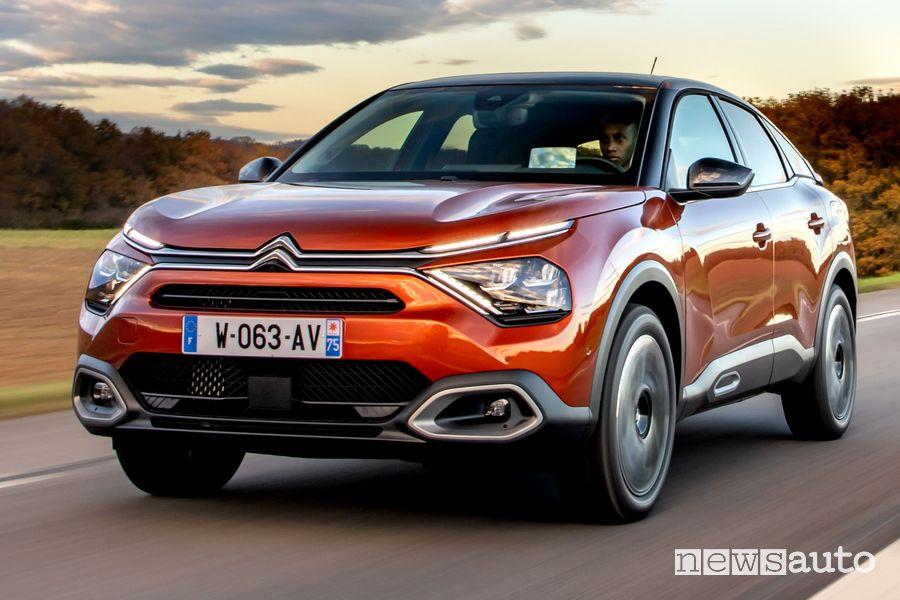 Vista di profilo nuova Citroën C4 su strada